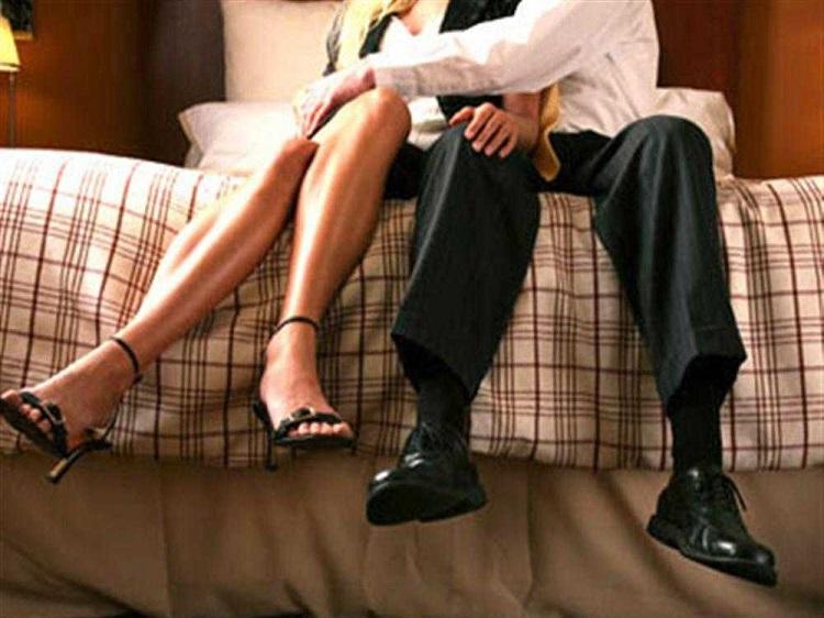 Cô thư ký đang ngồi chễm chệ trên người chồng tôi, thác loạn như những con ranh rẻ tiền.