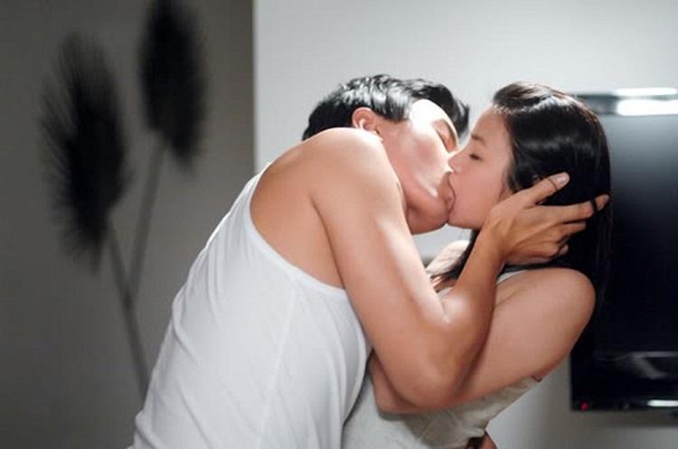 Như con thú dữ anh ôm chầm lấy Thương, hôn lấy hôn để